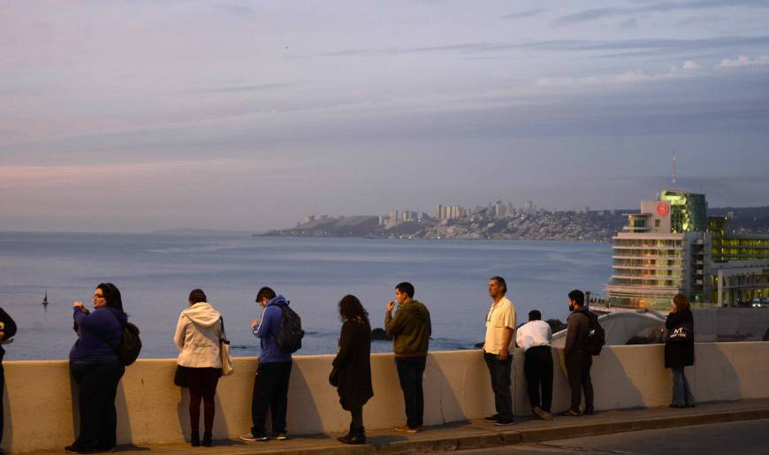 People remain in the street during a quake in Vina del Mar, Chile, Monday. | AFP-JIJI