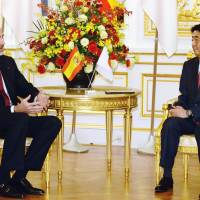 Visiting Spanish King Felipe VI meets with Prime Minister Shinzo Abe at the Government Guesthouse in Tokyo's Akasaka district on Thursday. | POOL / VIA KYODO