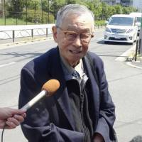 Anthony Tu, a U.S. toxicologist researching incidents involving the Aum Shinrikyo doomsday cult, speaks to reporters Thursday outside the Tokyo Detention House after meeting with death row inmate and ex-Aum follower Tomomasa Nakagawa.   KYODO