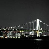 Among the views guests can enjoy on a night cruise are the Rainbow Bridge in Tokyo Bay, which is illuminated, and a nightscape featuring the capital's skyscrapers. | YOSHIAKI MIURA