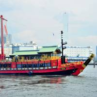 The Atakemaru leaves Harumi Pier in Tokyo Bay. Cruises with various service options and time schedules are available. | YOSHIAKI MIURA