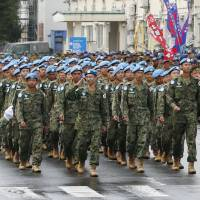Ground Self-Defense Force members who returned from a peacekeeping mission in South Sudan on Wednesday are welcomed at the GSDF's Camp Aomori in the city of Aomori. | KYODO