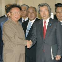 Prime Minister Junichiro Koizumi shakes hands with North Korean leader Kim Jong Il in Pyongyang in 2004. | KYODO