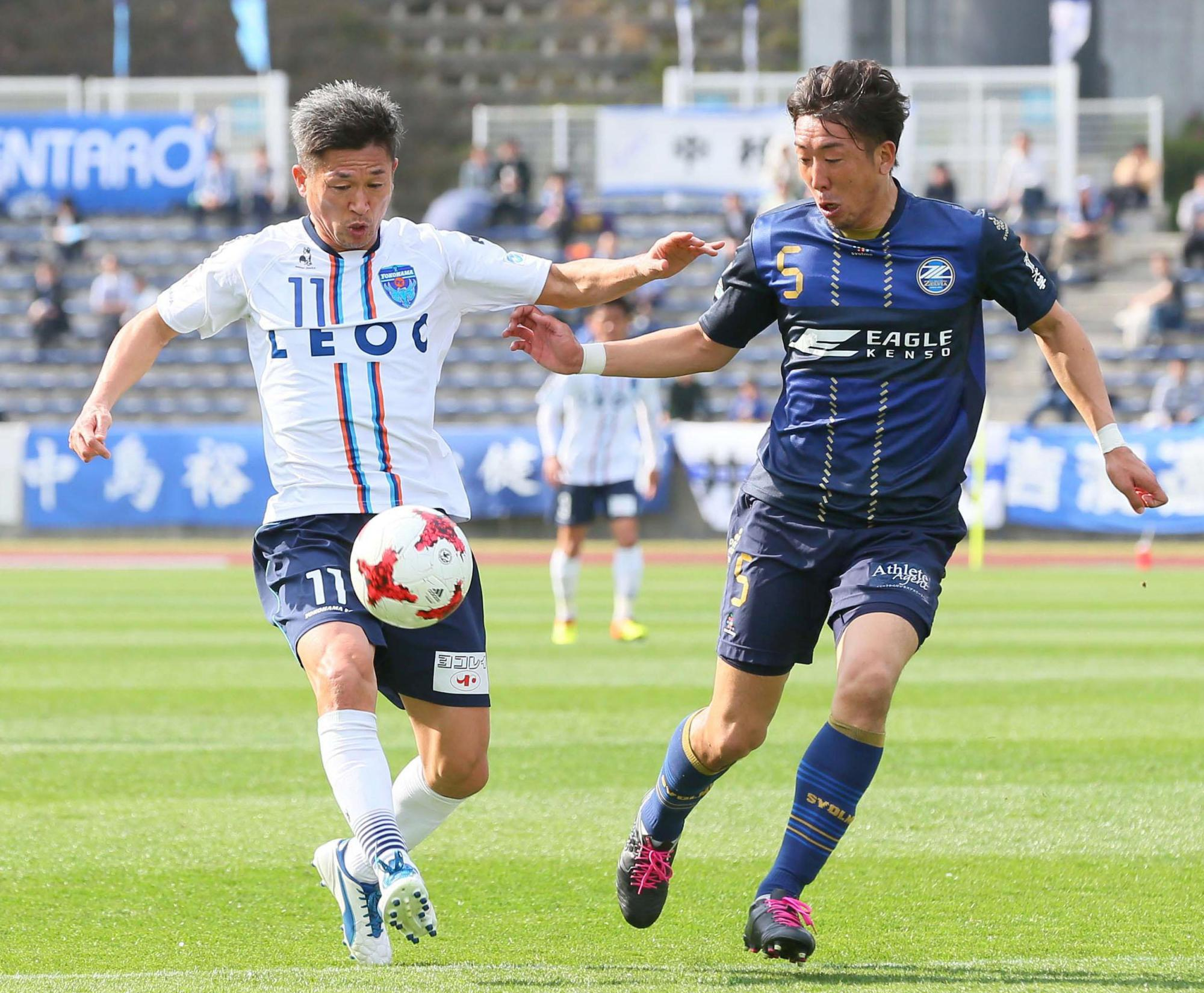 Yokohama FC star Kazuyoshi Miura, seen controlling the ball during Saturday's match against Machida Zelvia, is in his 32nd professional season, a feat that has left a strong impression on his teammates. | KYODO