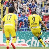 Reysol's Cristiano scores a penalty against Marinos on Saturday. | KYODO