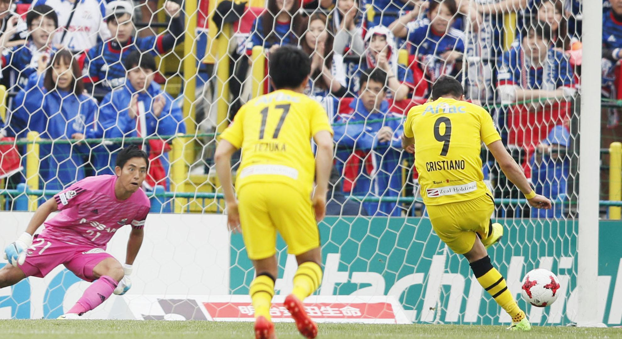 Reysol's Cristiano scores a penalty against Marinos on Saturday.   KYODO