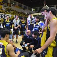 Brex head coach Tom Wisman draws up a play during Saturday's game against the Levanga in Utsunomiya, Tochigi Prefeture. Tochigi defeated Hokkaido 78-68. | B. LEAGUE