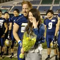 Shiena Ishihara shows off her engagement ring alongside fiance Byron Beatty Jr., who proposed to her after Sunday's game. | HIROSHI IKEZAWA
