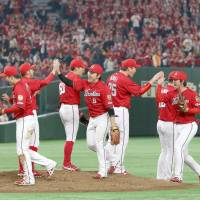 Carp rally past Giants in ninth, stretch unbeaten streak to 11 games