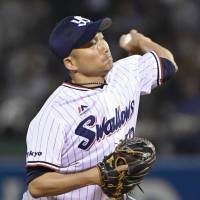 Swallows' Ishikawa keeps Carp in check