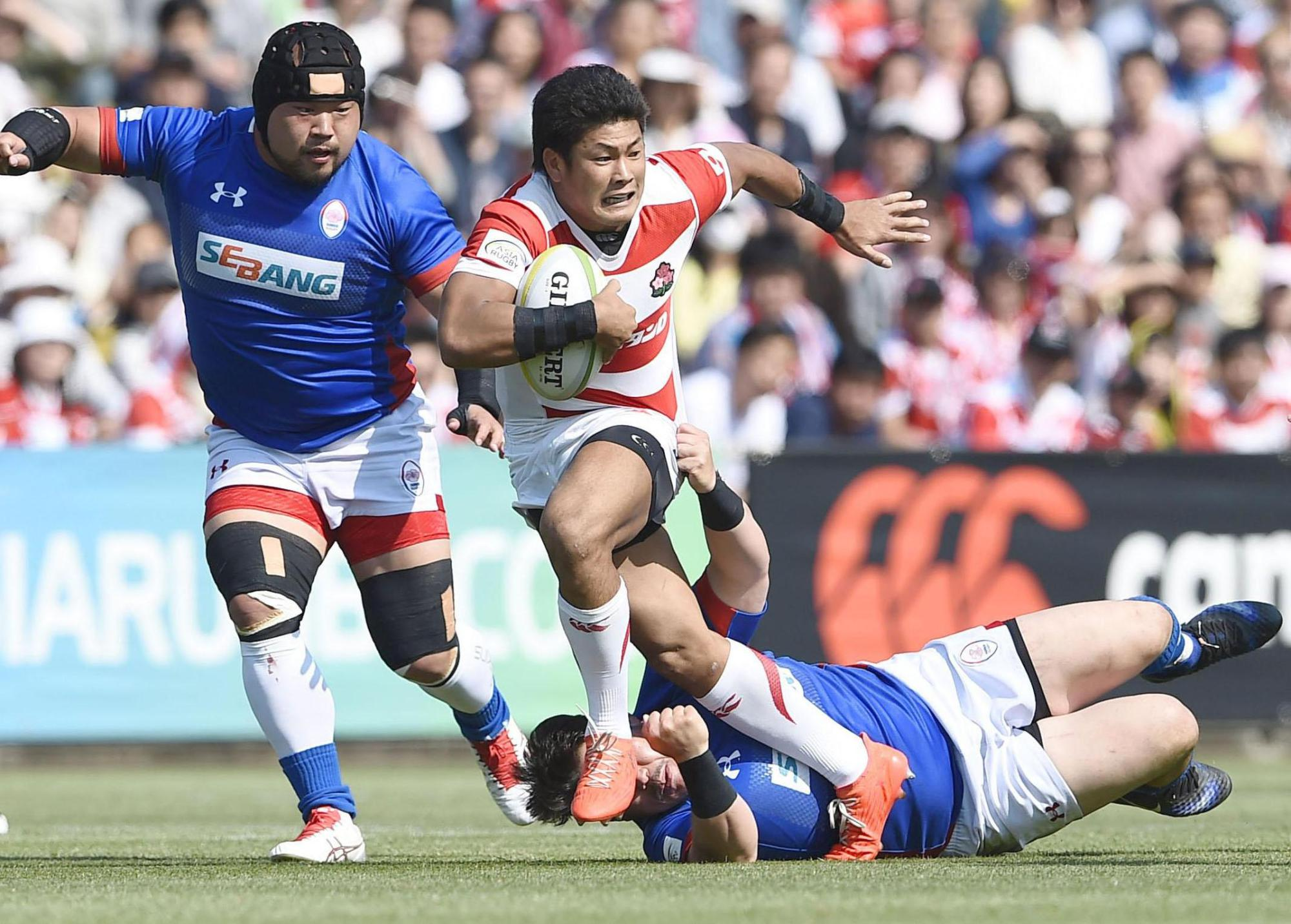 Japan's Ryuji Noguchi breaks through a tackle during the Brave Blossoms' 80-10 win over South Korea on Saturday in the Asia Rugby Championship at Prince Chichibu Memorial Rugby Ground. | KYODO