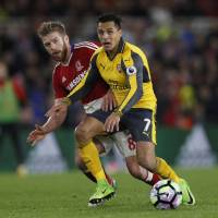 Sanchez, Ozil guide Arsenal to first Premier League road victory in three months