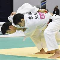 Takanori Nagase (right) competes with Hayato Watanabe in the final of the men's 81-kg competition at the national invitational weight class championship in Fukuoka on Sunday. | KYODO