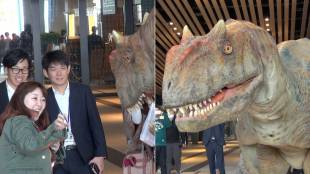 [VIDEO] Dinosaur welcomes new workers at Shibuya Hikarie