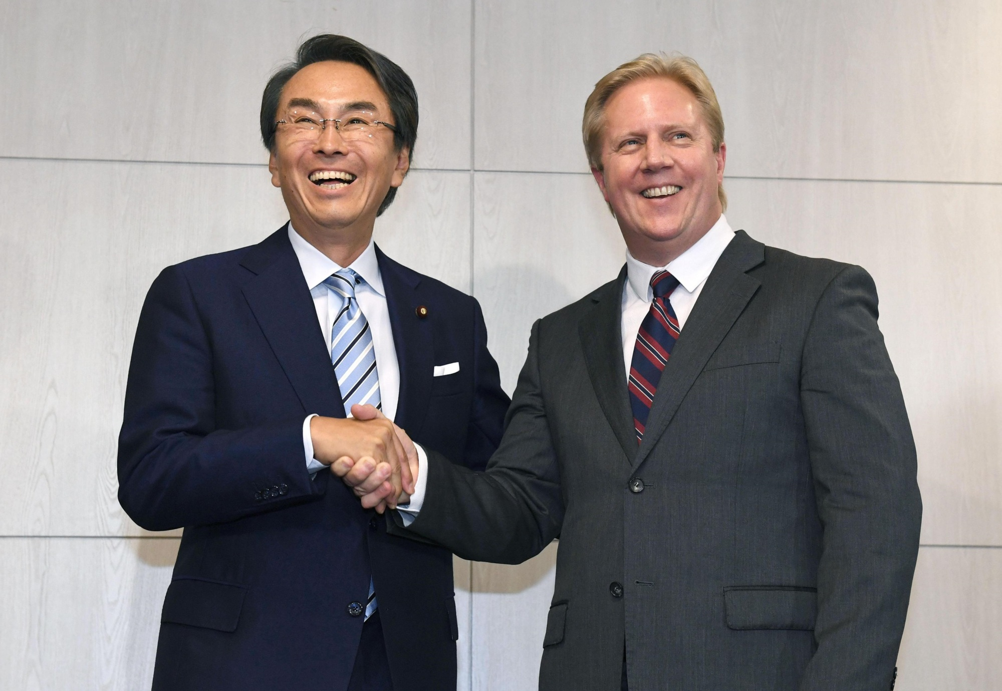Economic and fiscal policy minister Nobuteru Ishihara and New Zealand trade minister Todd McClay meet Monday in Tokyo.   KYODO
