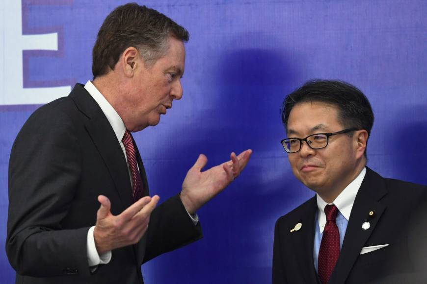 U.S. Trade Representative Robert Lighthizer speaks to trade minister Hiroshige Seko prior to a joint news conference on the sidelines of the Asia-Pacific Economic Cooperation meeting in Hanoi on Sunday. | AFP-JIJI