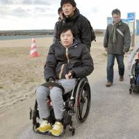 Group looks to make Hyogo beach accessible to people in wheelchairs