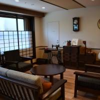 A lounge with a nostalgic atmosphere helps residents feel relaxed at this dementia-friendly care home for the elderly in Tokyo's Setagaya Ward. | SATOKO KAWASAKI