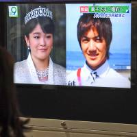 A street TV in Tokyo's Yurakucho area shows news about Princess Mako's expected engagement to Kei Komuro on Tuesday night. | KYODO