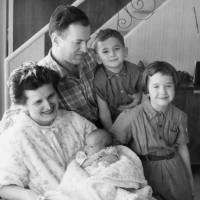 Sonia Reed, who escaped Nazi-occupied Poland with a transit visa issued by Japanese diplomat Chiune Sugihara, poses with her husband, Curt, and their three children, Deborah, David and Shelley, at  her new home in New York in 1958. | COURTESY OF DEBORAH REED