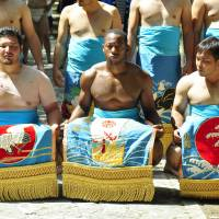 Tim Franklin is flanked by fellow sumo wrestlers during his spell in Okinawa on the JET Programme.