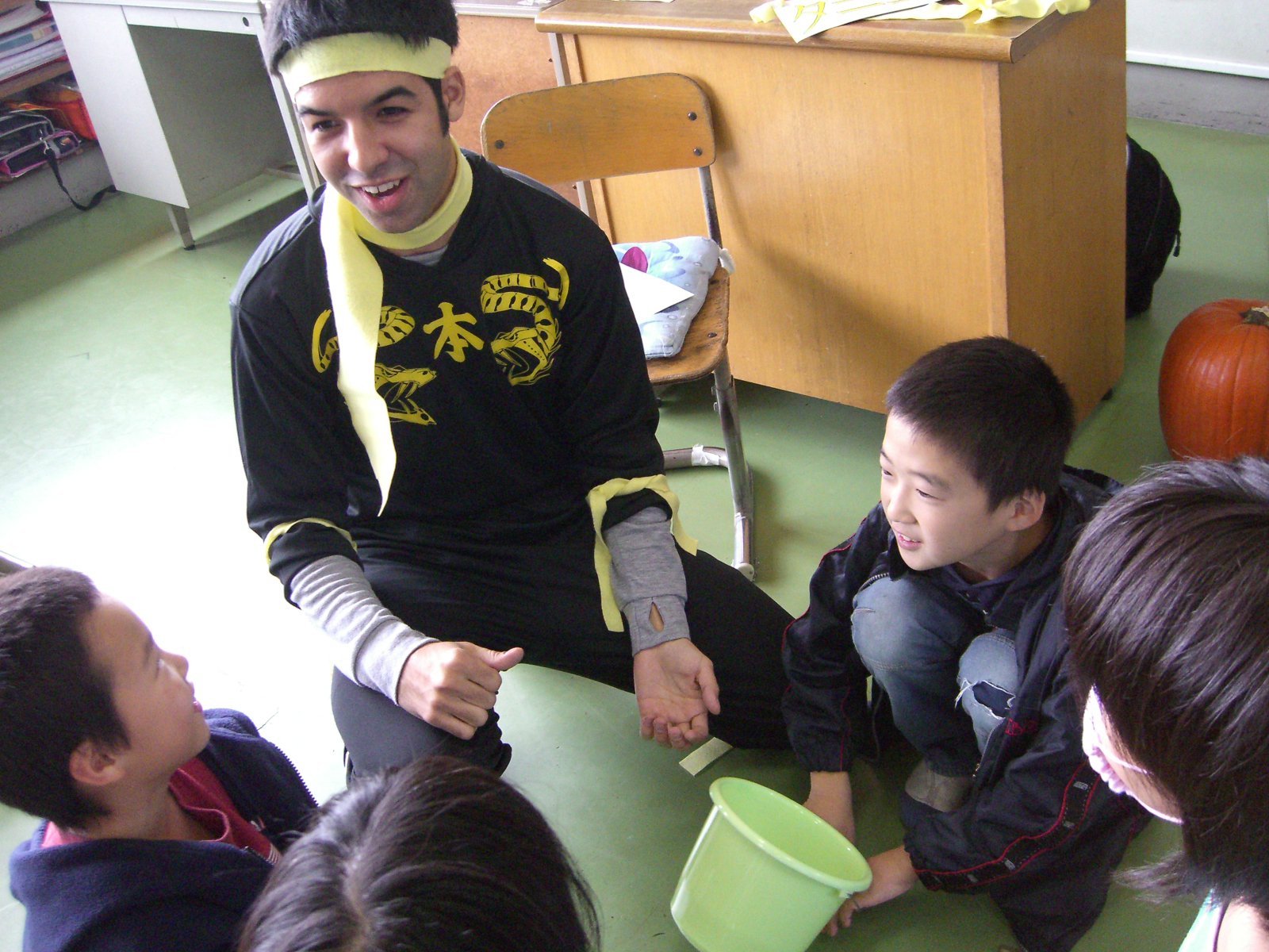 ALT in action: A JET assistant language teacher takes part in Halloween activities with students at  Onomoto Elementary School in Nishiaizu, Fukushima Prefecture, in 2007. | COURTESY OF DANIEL MORALES