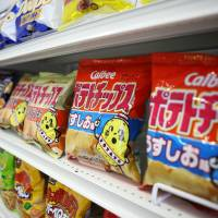 Demand for potato chips surged in Japan last month, with products on offer for six times their retail price online after  Calbee Inc. halted the sale of some of its most popular chip brands in the wake of a potato shortage caused by typhoons that struck Hokkaido last summer. | BLOOMBERG