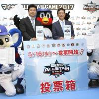 Hiroshima Carp manager Koichi Ogata (left) and Hokkaido Nippon Ham Fighters manager Hideki Kuriyama pose for photos with mascots on Thursday at a Tokyo hotel to promote July's two-game All-Star series. | KYODO