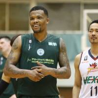 Storks star Draelon Burns, a DePaul University alum, had 13 points and five assists in Game 2 of the B. League second-division semifinals on Friday night against the Crane Thunders. | B. LEAGUE