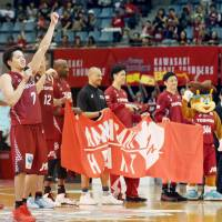 The Brave Thunders salute their fans after beating the Alvark on Saturday. | KYODO