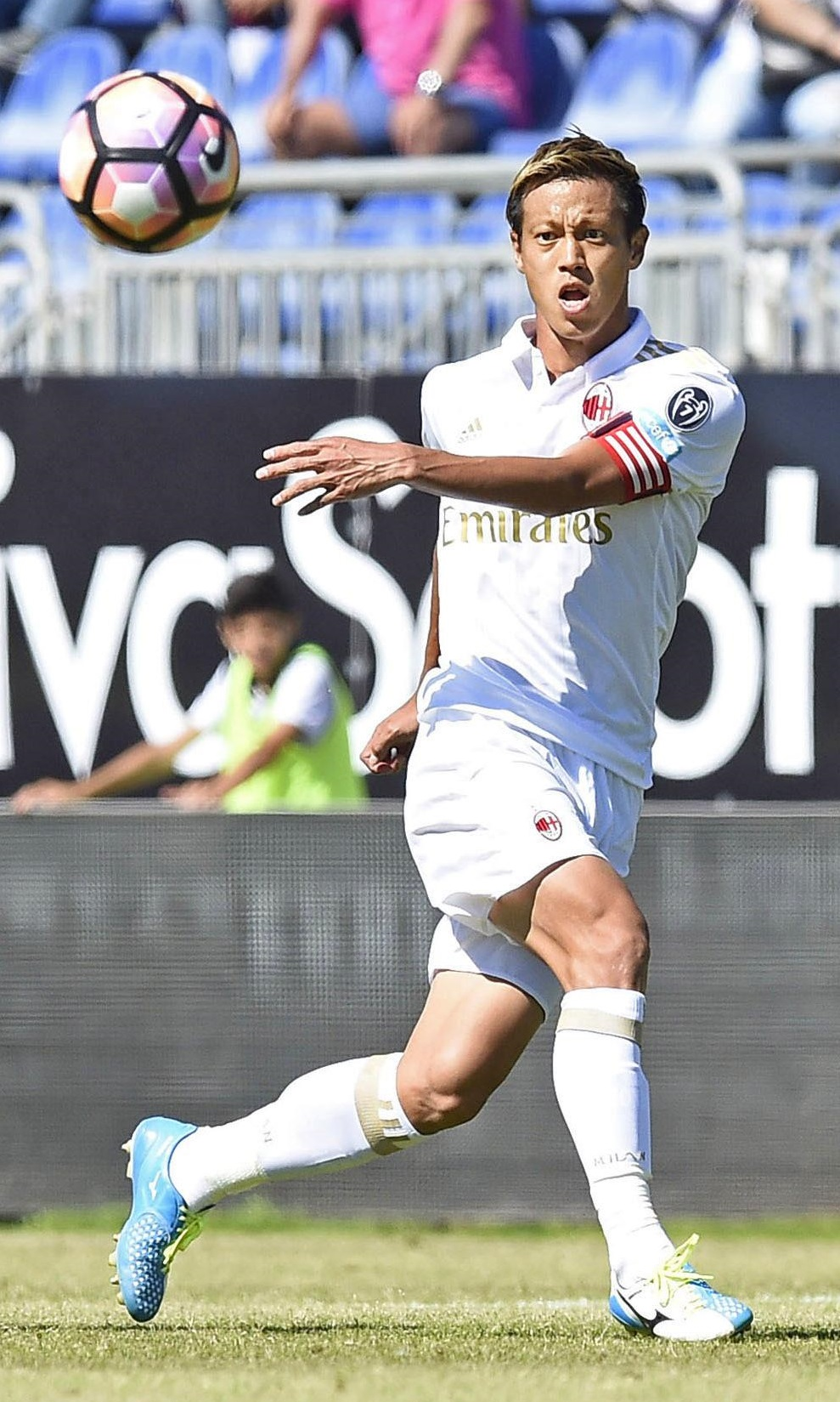 Keisuke Honda passes the ball during AC Milan's 2-1 defeat to Cagliari on Sunday. | KYODO