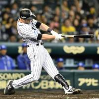 The Tigers' Eric Campbell was hindered by a wrist injury during his first NPB spring. | KYODO