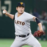 Giants hurler Tomoyuki Sugano fires a pitch during Tuesday's game against the Swallows at Tokyo Dome. Yomiuri defeated Tokyo Yakult 5-1.   KYODO