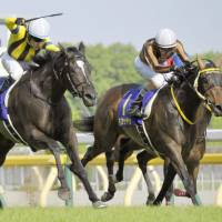 Christophe Lemaire guides Soul Stirring (left) to a narrow victory over Mozu Katchan in the Japanese Oaks at Tokyo Racecourse on Sunday.   KYODO