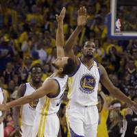 Warriors rally from 25 points down to edge Spurs in Game 1