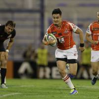 The Sunwolves' Yu Tamura runs with the ball during the team's 46-39 loss against the Jaguares on Saturday in Buenos Aires. | AP
