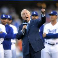 Scully inducted into Dodgers' Ring of Honor
