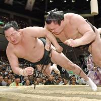 Kisenosato holds off challenge from Chiyonokuni in first duel