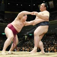 Kisenosato falls to 2-2 with loss to maegashira Endo at Summer Basho