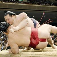 Kisenosato trails leaders by two wins