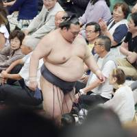 Kisenosato suffers third loss; Hakuho, Harumafuji roll on