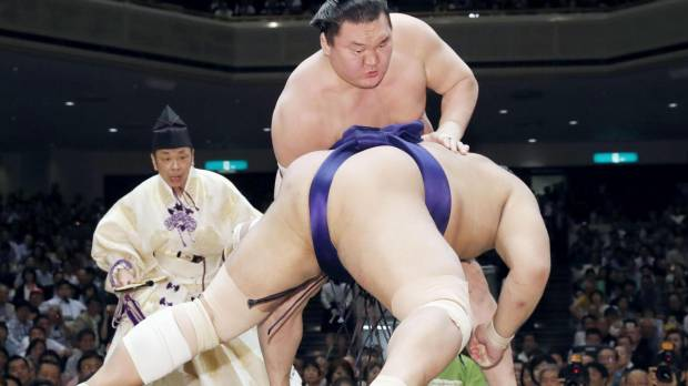 Hakuho stays on course for another crown