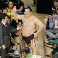 Hakuho completes tournament with 15-0 record