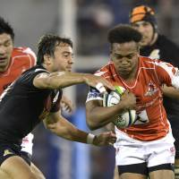 Sunwolves fullback Kotaro Matsushima breaks through a tackle by Juan Hernandez of the Jaguares during their Super Rugby match in Buenos Aires on May 6. | AFP-JIJI