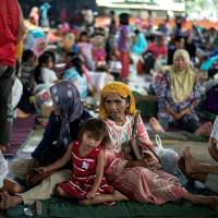 Evacuees from Marawi camp rest at the Saguiaran Townhall in Lanao del Sur on the southern island of Mindanao on Monday. Efforts to rescue up to 2,000 civilians trapped in fighting between government forces and Islamist militants in a Philippine city failed on Sunday when a proposed truce ended in a hail of gunfire and explosions, authorities and witnesses said.   AFP-JIJI