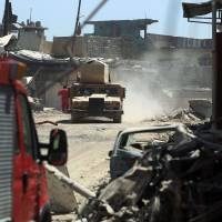 Iraqi forces advance through the Old City of Mosul on Tuesday as the offensive continues to retake the last district held by the Islamic State (IS) group. | AFP-JIJI