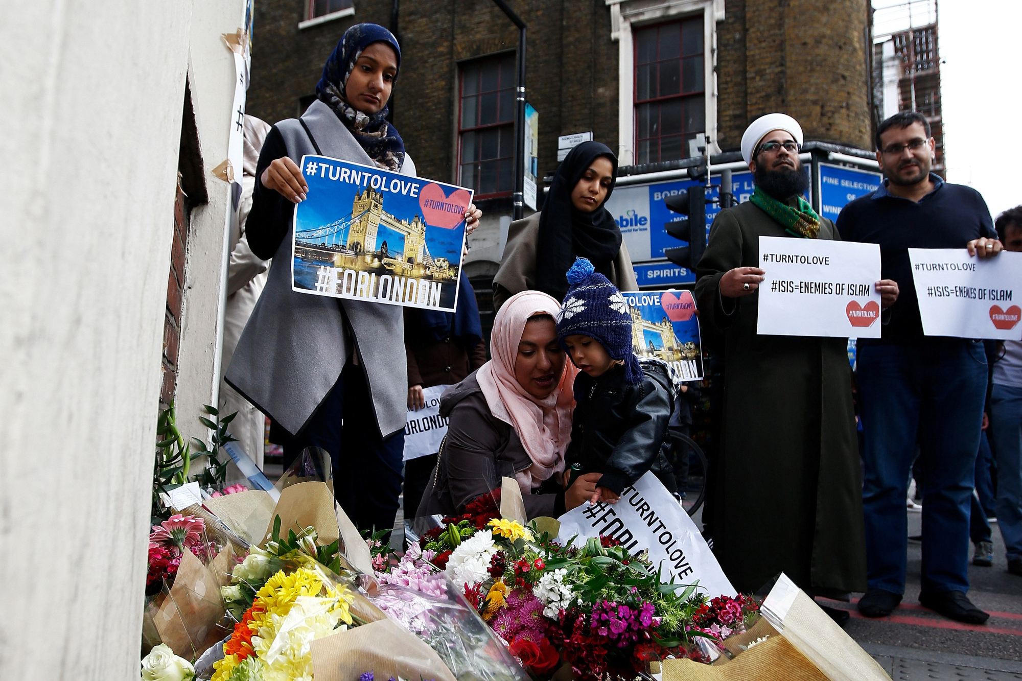 Uk muslims press for peace at 10 downing street -  Muslims Pray At A Tribute Near London Bridge After A Deadly Terrorist Attack There And At