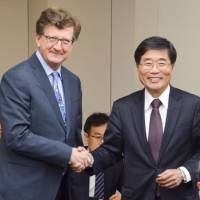 Yoichi Suzuki, Japan's chief negotiator in the Japan-EU free trade talks, and European Union counterpart Mauro Petriccione, meet in Tokyo on April 3. Japan and the EU are in the final phase of negotiations on a broad bilateral FTA expected to be sealed next month. | KYODO