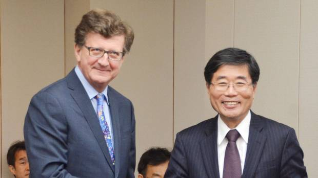 Yoichi Suzuki, Japan's chief negotiator in the Japan-EU free trade talks, and European Union counterpart Mauro Petriccione, meet in Tokyo on April 3. Japan and the EU are in the final phase of negotiations on a broad bilateral FTA expected to be sealed next month.