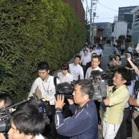 Investigators from the Osaka District Public Prosecutor's Office head for the office of school operator Moritomo Gakuen in Yodogawa Ward, Osaka, on Monday evening to look for evidence of it received unfair subsidies from Osaka Prefecture. | KYODO